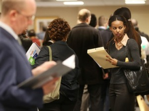 Applicants wait to meet potential employers at a Manhattan job fair in New York City (AFP Photo / Mario Tama)